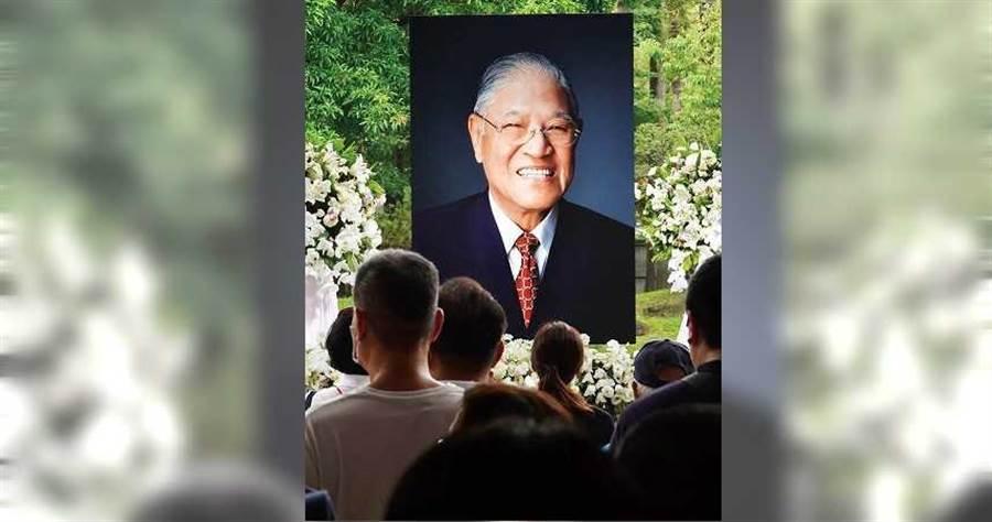 2020年8月8日台北市/周末假日,不少民眾8日前往台北賓館追悼前總統李登輝。(圖/報系資料庫)