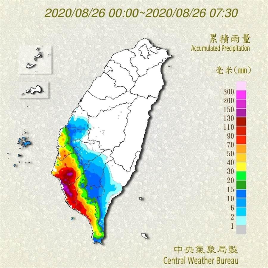 圖為目前累積雨量,台南、高雄沿海部分地區雨量突破300毫米,呈現紫爆。(中央氣象局)