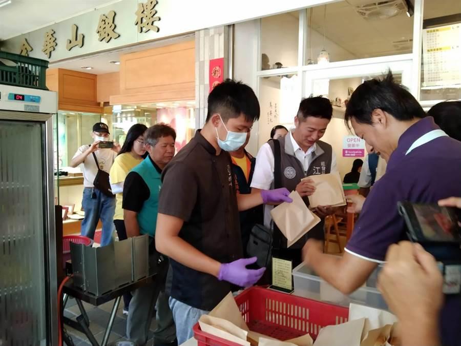 活動結合周邊40間店家,只要消費集滿2個戳章就能去廟裡兌換好禮。(黃婉婷攝)