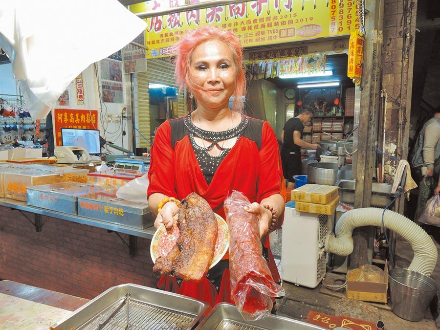 染一頭紅色頭髮的老闆娘劉麗秋,在嘉義縣朴子市第二市場賣醃製豬肉品長達30多年。(張毓翎攝)