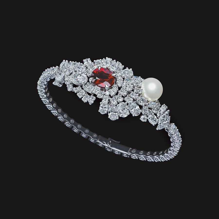 Dior珠寶來台,年度新款「Tie & Dior」胭脂紅寶石鑽石手環,約2800萬元。(Dior提供)