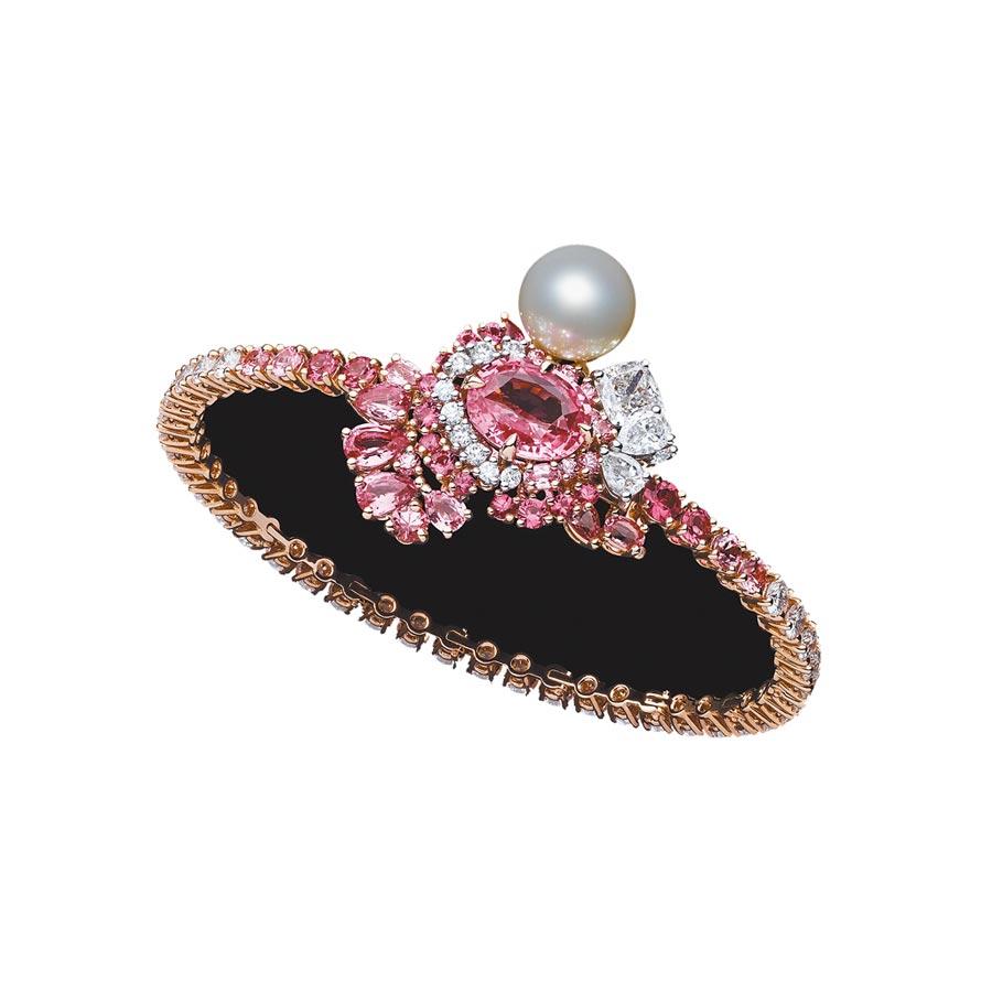 Dior「Tie & Dior」粉紅藍寶石白色珍珠手環,1050萬元。(Dior提供)