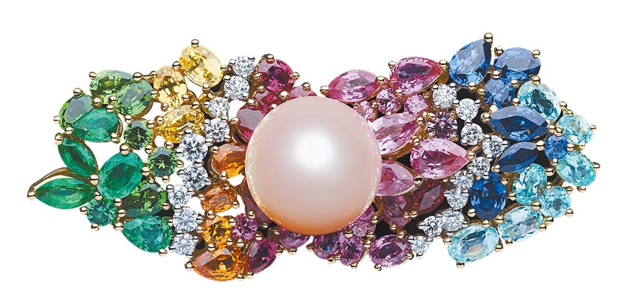 Dior「Tie & Dior」粉紅珍珠雙指戒,1300萬元。(Dior提供)