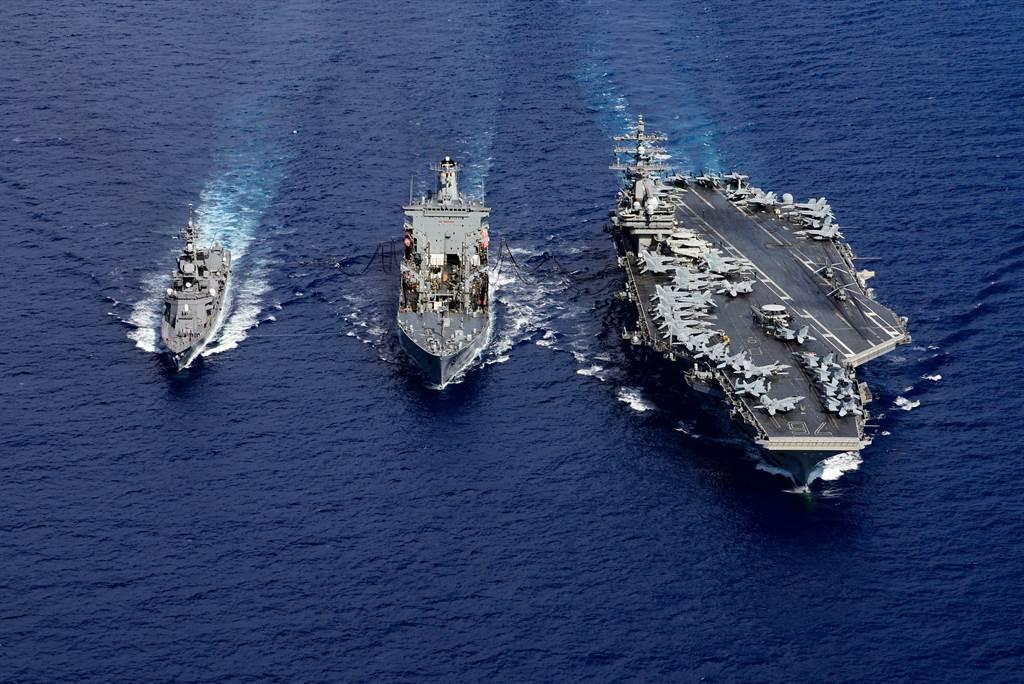 美專家認為,足夠的威懾力量、增加戰爭的成本與代價,才能讓中共不冒然對台灣進行武力統一。圖為美國雷根號航母艦與日本村雨級導彈護衛艦及美軍油料補給艦8月在南海聯合演習。(圖/美國海軍)