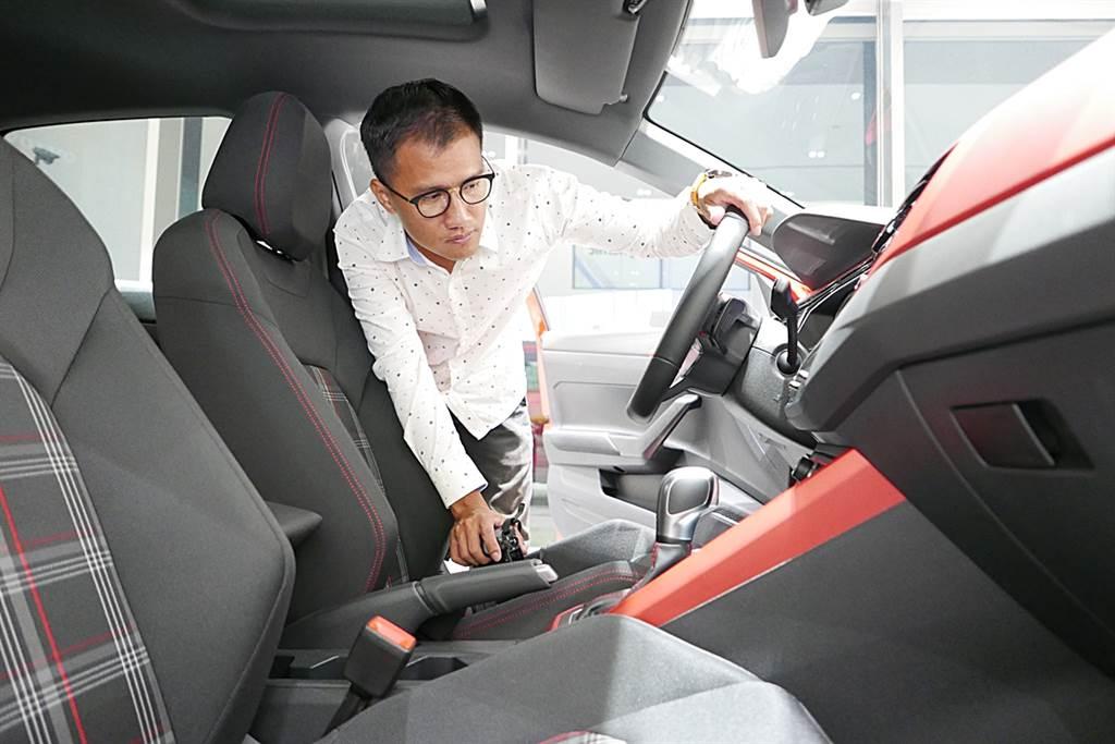 雖然一開始興趣不是車,不過在跟著前輩汽車編輯試車了解汽車後,漸生興趣,廖子賢覺得車雖然是移動工具,可是就是這樣的移動看到不同的風景,從風景中再回頭了解車的魅力與價值;尤其試車,有很多機會是長途或是出國試車,雖然要不停開車、停車拍照,循環上演,不過何不把這樣的苦化為拍照的能量呢!