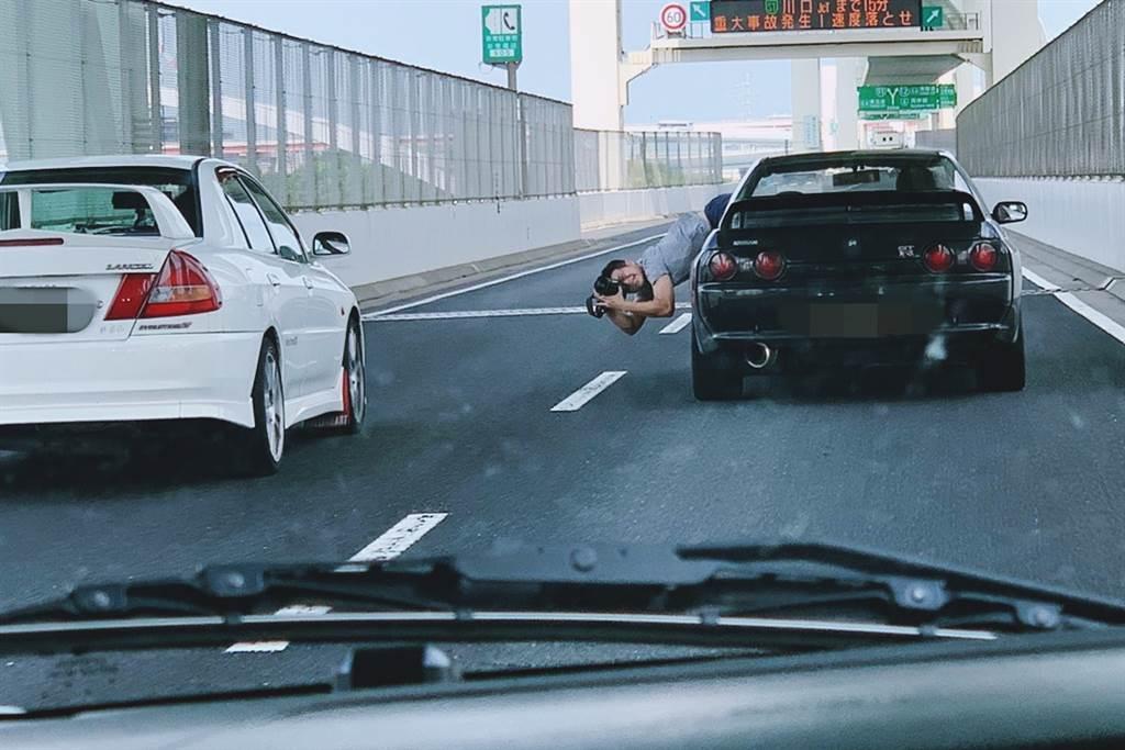 身為汽車媒體工作者,掛在車上的動作是家常便飯,廖子賢也經歷過這樣的時期,不過他並不鼓勵想拍車的人做這樣的動作,現在相機科技進步、修圖技巧也百百種,生命還是要放在第一位,想要拍出動感,有很多種安全方式可以做得出來。/照片來源 :Twitter @8blp4deouOr0l2J