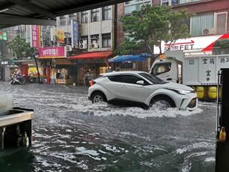 落雷+暴雨狂灌北台灣 宜蘭水淹半個輪胎高 網看到驚呼:以為在海上