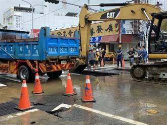 台南市永康區中華路接連3坑洞 趕工搶修