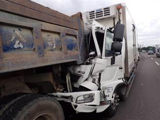 觀音台61線兩大車追撞 貨車車頭全毀