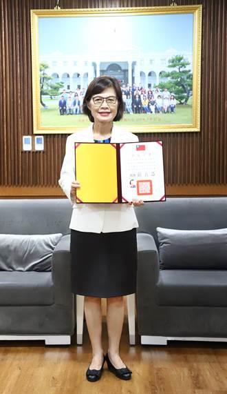 高雄巿議會議長曾麗燕獲頒議長當選證書
