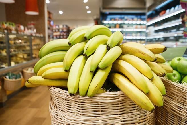 香蕉可以預防便祕,但要選吃黃色、成熟的香蕉,若選到沒熟的綠香蕉,其中含有抑制常胃蠕動的成分,恐達反效果,加重便秘狀況。(示意圖/Shutterstock)