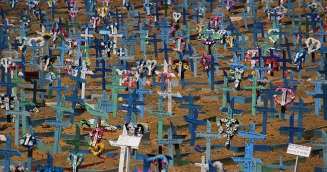 瑪瑙斯當地因為死亡人數過多,導致喪葬體系嚴重崩潰,甚至出現萬人坑的現象。(圖/達志/美聯社)
