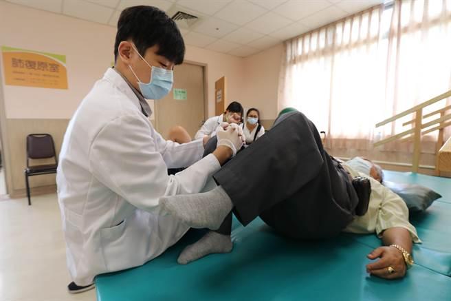 物理治療師指導患者做復健運動。(陳淑芬攝)