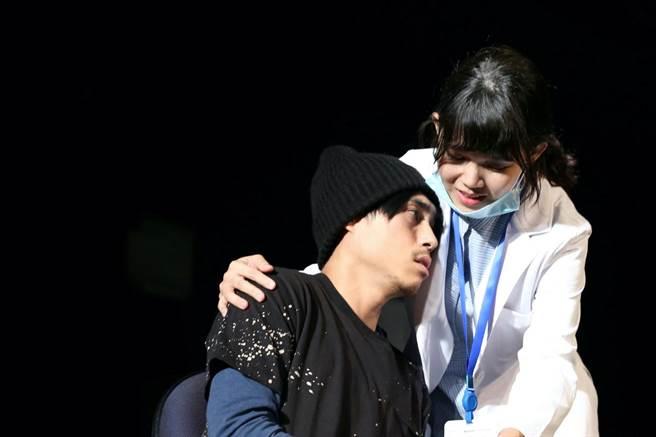 金鐘入圍公布時,李劭婕(右)正參與《我們與惡的距離》全民公投劇場版排練。(故事工廠提供)