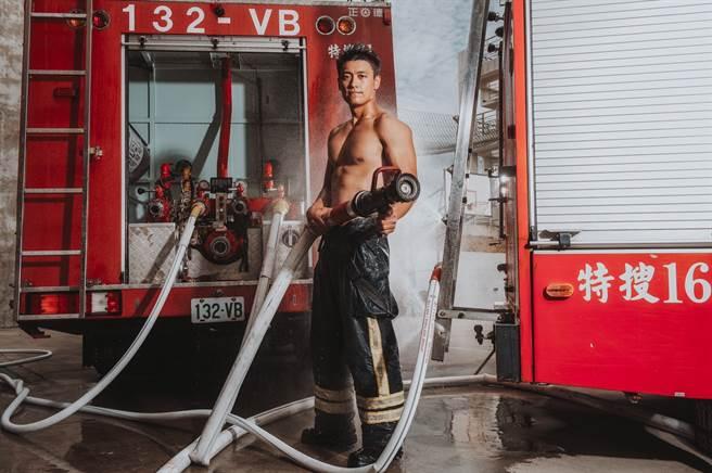 圖為田志中拍攝2020消防月曆的照片。(苗栗消防局提供)