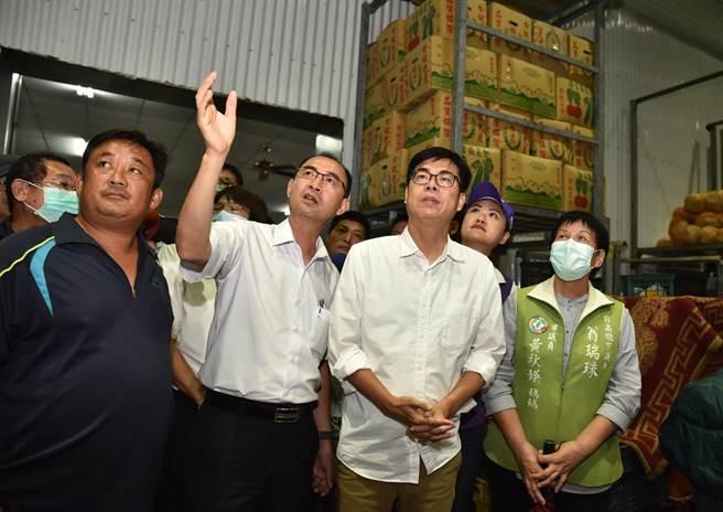 高雄市長陳其邁(前右二)27日到梓官區農會視察冷凍倉儲設備。(林瑞益攝)