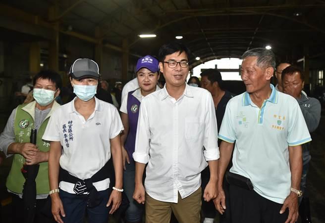 高雄市長陳其邁(前右二)27日到梓官區農會視察蔬菜集貨場,與民眾互動。(林瑞益攝)