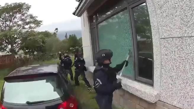 刑事局除暴特勤隊前往花蓮機房攻堅,當場逮獲7名嫌犯。(翻攝照片/林郁平台北傳真)
