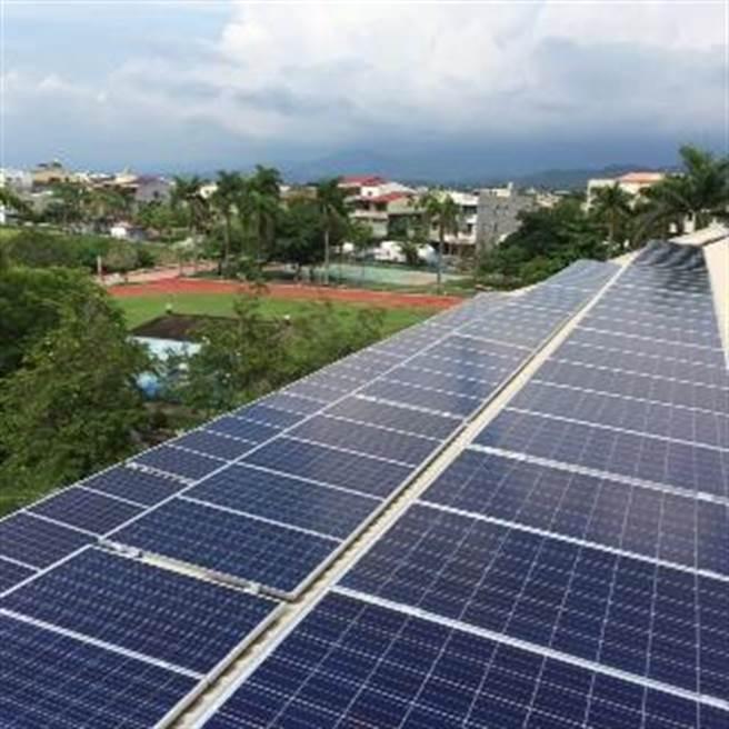 校園屋頂設置太陽光電不僅可發電,同時解決老舊校舍漏水問題,且有隔熱效果,可降低教室溫度。(曹婷婷攝)