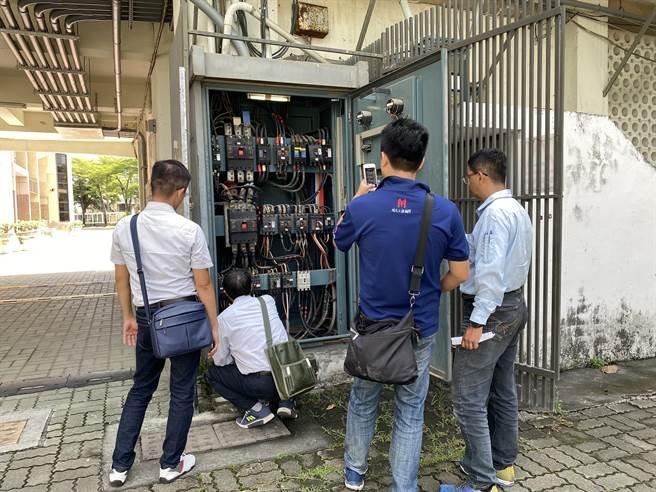 台南教育局與台電一起進行校園電力體檢。(曹婷婷攝)