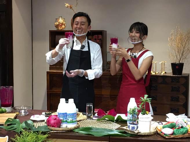 新竹市長林智堅(左)親自上陣打火龍果牛奶,甜蜜滋味讓林智堅大讚超好喝。(邱立雅攝)