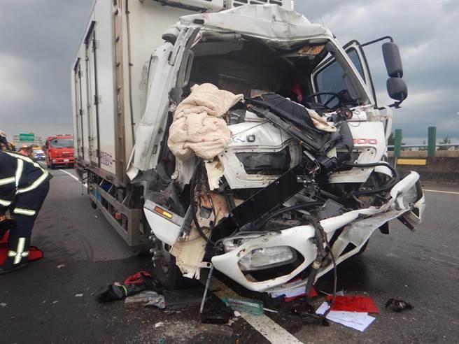 大貨車駕駛想要從內側車道切到外線,沒有注意到車撞,追撞到外側車道的砂石車。(翻攝照片/姜霏桃園傳真)