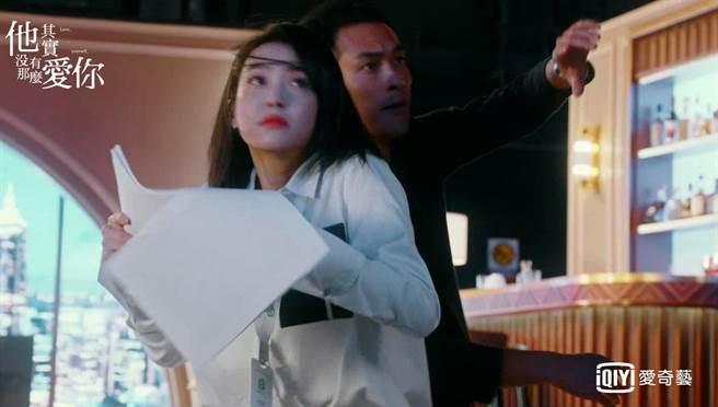 楊祐寧拍攝現場對宋茜英雄救美。(愛奇藝台灣站提供)