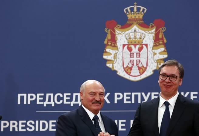 白羅斯總統盧卡申科與塞爾維亞總統武齊奇會面,兩國關係其實一直不錯,但塞爾維亞想加入歐盟,就只好聲討白羅斯了。(圖/美聯社)
