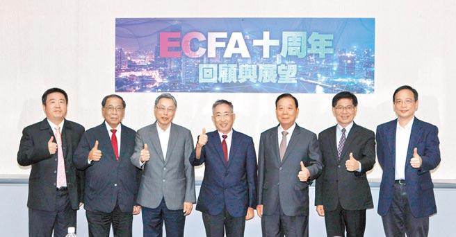 《旺報》26日在台北舉辦「ECFA十周年回顧與展望」座談會,由《中國時報》董事長王丰(中)擔任主持人。(記者林誌鈺攝)
