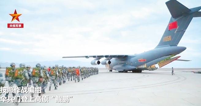 大陸運-20首次完成高原重裝空投。(截圖自央視軍事)