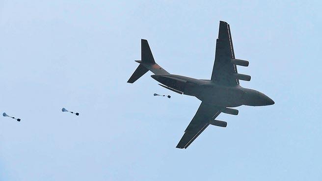 2018年5月8日,大陸運-20與空降兵部隊聯合展開空降空投訓練。(新華社)