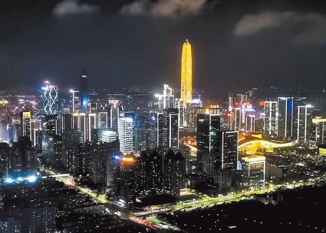 深圳由小漁村變身高質量經濟特區,圖為遠眺深圳平安金融中心。(中新社)