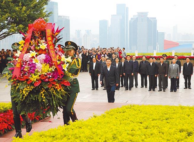 2012年12月8日,中共總書記習近平在深圳蓮花山公園向鄧小平銅像敬獻花籃。(新華社)