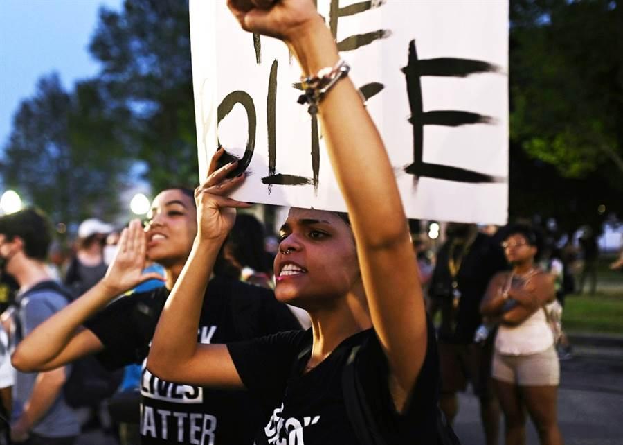 美國威斯康辛州非裔男子布雷克(Jacob Blake)遭白人警察從背後連開7槍,事件再度引爆全美反種族歧視示威抗議,美檢初步調查結果顯示,事件發生當時布雷克駕駛的車上有一把刀。(資料照/路透社)