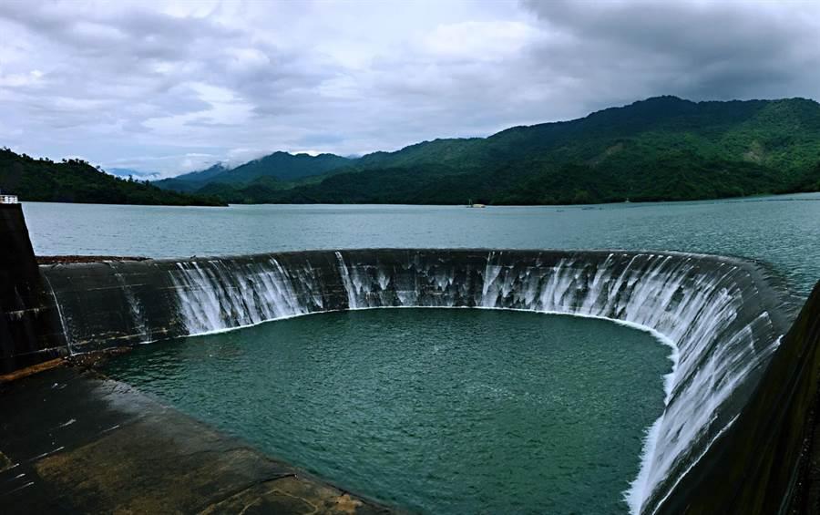 台南南化水庫27日下午13點開始溢流。(台南南化水庫管理所提供/劉秀芬台南傳真)