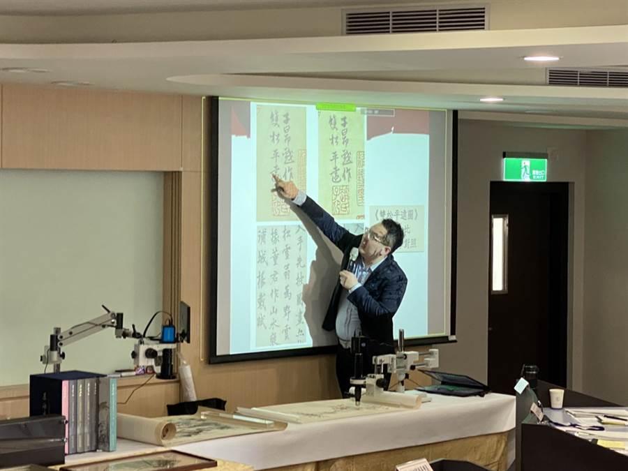 鑑定書畫藝術及古董知名博士葉國新,為檢察長們講解鑑定書畫。(葉國新提供)