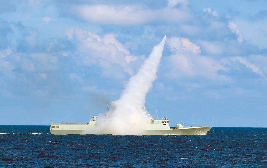 大陸海軍在南海演訓時,護衛艦發射導彈。美RC-135S偵察機主要任務即偵察導彈路徑。(新華社)