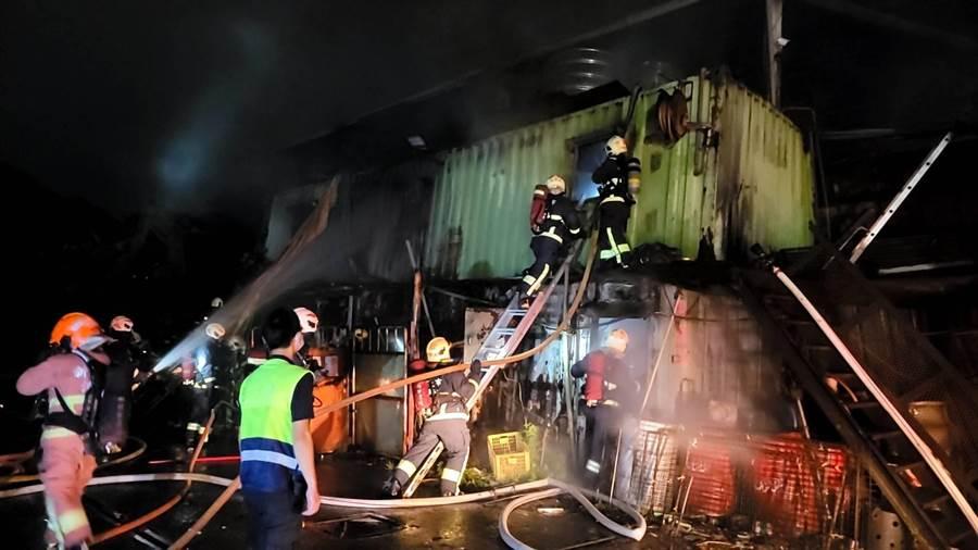 新北市新店區安康路一段某資源回收場今(27日)晚間10時許驚傳火警。(翻攝照片)