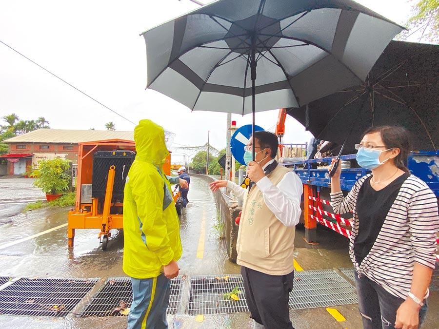 台南市長黃偉哲(右二)26日下午會勘仁德區潭稅橋淹水情形,指示盡速把水抽乾。(曹婷婷攝)