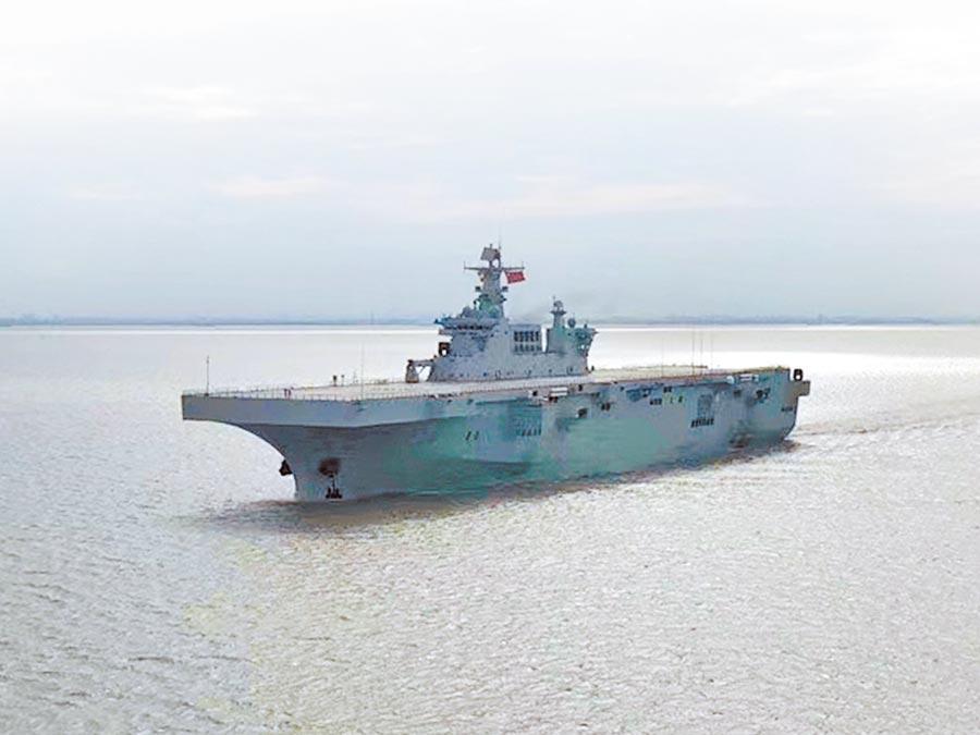 8月5日,大陸075型兩棲攻擊艦首艦進行海試。(取自新浪微博@砌牆之石)