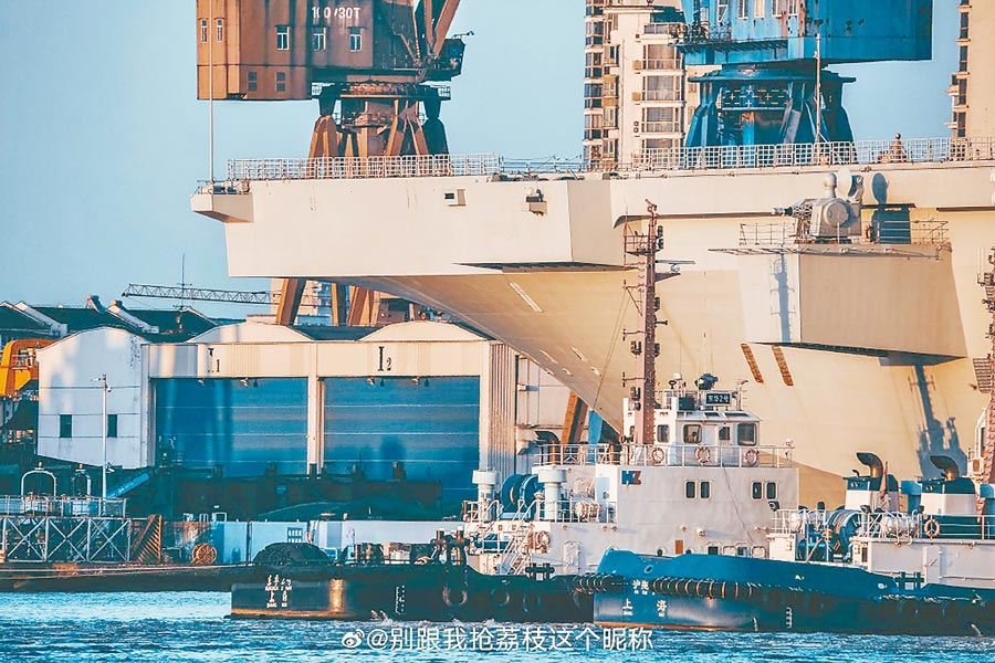 8月23日,經過18天的海試後,大陸075型兩棲攻擊艦首艦完成試航,返回滬東造船廠。(取自新浪微博@別跟我搶荔枝這個昵稱)