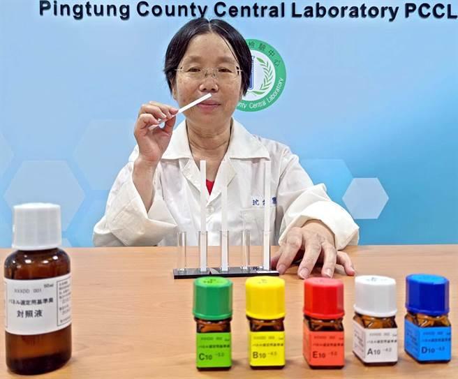 屏東縣檢驗中心成立「異味汙染物官能測定室」,聞臭師測定前要先通過嗅覺測試,休息半個鐘頭後才能檢驗。(潘建志攝)