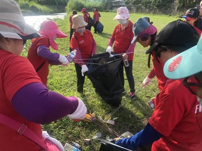 透過環保淨溪活動,讓大自然趨向潔淨無染之環境,確保市民身心健康。(市議員冉齡軒服務處提供/陳世宗台中傳真)