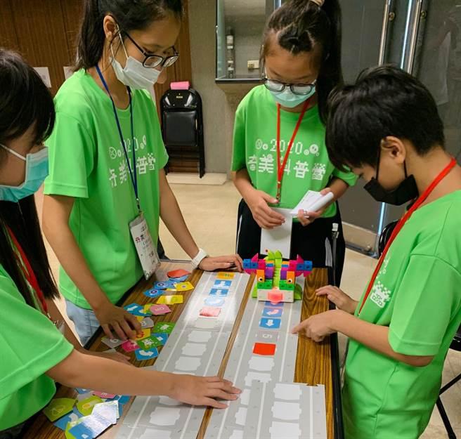 奇美科普營今年營隊主題是AI人工智慧及綠色能源,利用Gigo智高積木的邏輯編程機器人,引導孩童學習程式設計的邏輯和基本概念。(奇美實業提供/曹婷婷台南傳真)