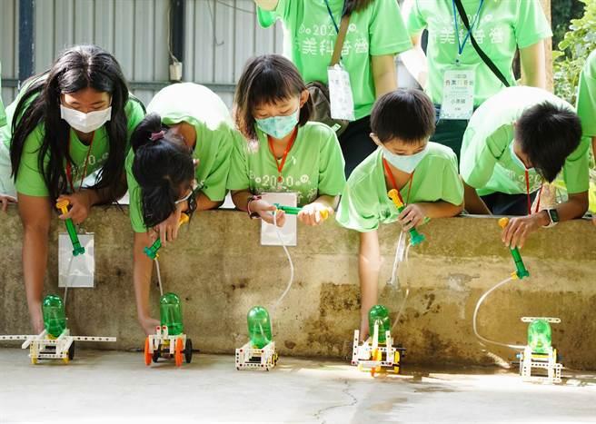 學童實作水動能車小組競賽。(奇美實業提供/曹婷婷台南傳真)