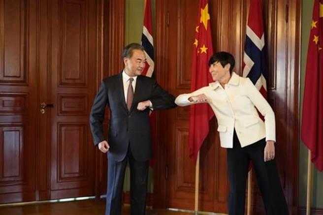 大陸國務委員兼外長王毅在奧斯陸拜會挪威外交大臣瑟雷德並舉行會談。(新華社)