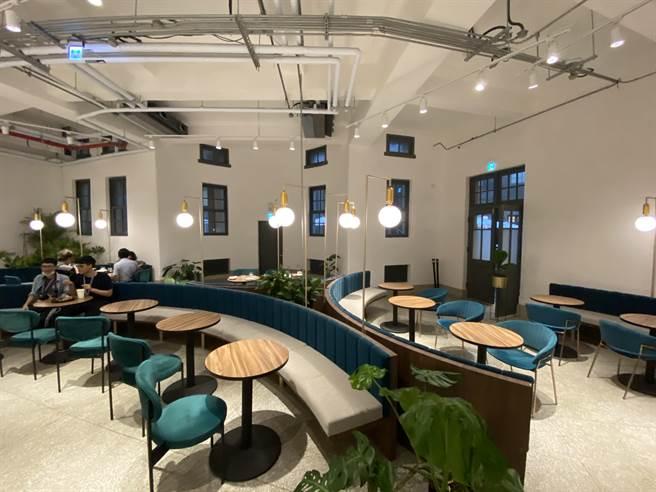台南市美術館1館前身是日據時期警察署,其中,冰冷的拘留所搖身一變為溫故知新咖啡館,今年一口氣抱回有「歐洲設計奧斯卡」之稱的義大利設計獎「A'Design Award & competition」銅獎和法國「NOVUM DESIGN AWARD」金獎,讓台灣之美在世界被看見。(曹婷婷攝)