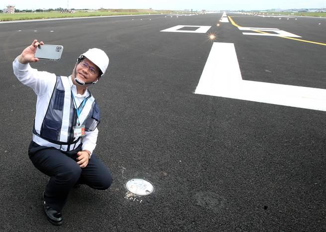 交通部長林佳龍表示,已籌措新台幣16億元挹注安心旅遊補助,並以延長至10月底為目標。(范揚光攝)