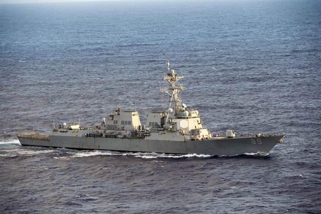 美國阿利伯克級(Arleigh Burke Class)神盾驅逐艦「馬斯廷」號(USS Mustin,DDG-89)穿越菲律賓海的資料照。(美國海軍)