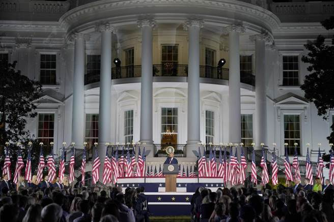 川普27日正式接受共和黨提名總統競選連任,但在白宮的提名演說上,並未規定將近1500名聽眾必須戴上口罩,也未能保持社交間距。圖為川普在白宮接受共和黨提名。(美聯社)